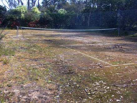 A neglected granitic sand court